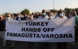 """Κύπρος: Ειρηνική διαμαρτυρία στη Δερύνεια: """"Τούρκοι, φύγετε από την Αμμόχωστο"""""""